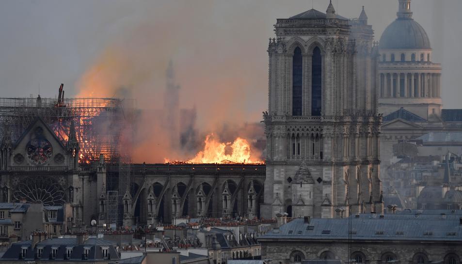El foc va provocar una gran columna de fum que es podia veure des de diversos punts de la capital francesa.