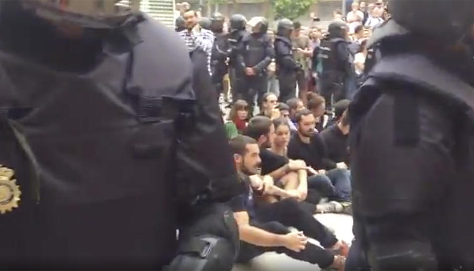Captura d'un vídeo de la intervenció policial a l'IES Tarragona.