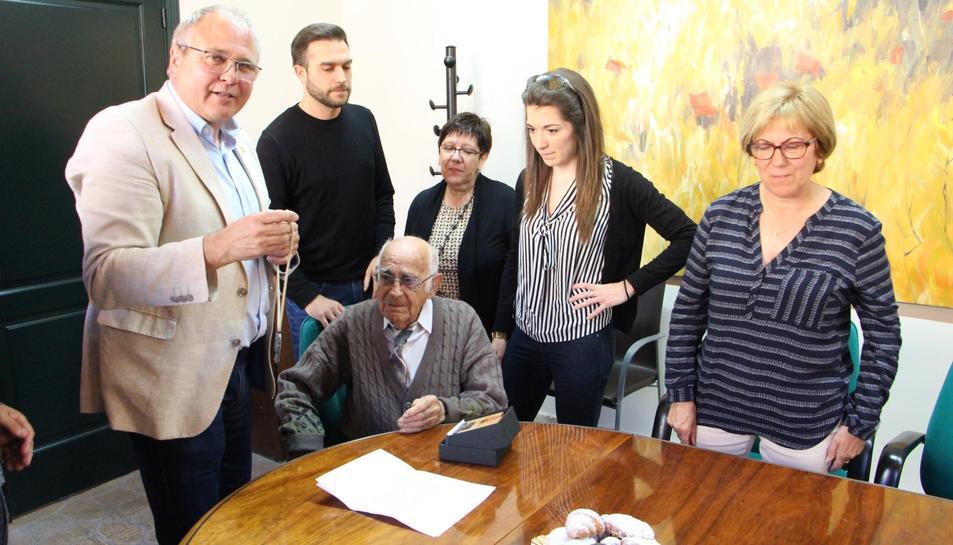 Moment en què l'alcalde Fèlix Alonso entrega la Medalla Centenària de la Generalitat a Manuel Tello.