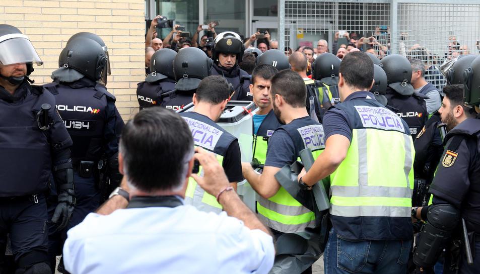 Agents de la Policia Nacional durant el referèndum de l'1-O a Tarragona.