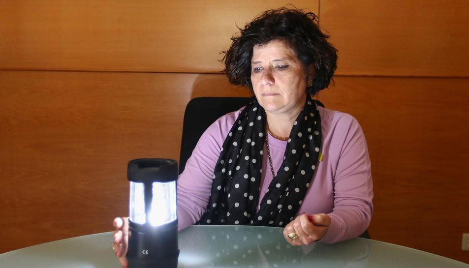 La regidora de Benestar Social, Montserrat Vilella, amb una de les 12 llanternes que s'han adquirit.