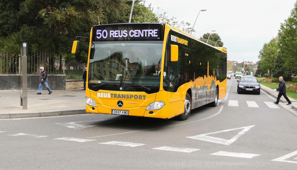Un dels autobusos que ahir ja traslladava passatgers realitzant la Línia 50.