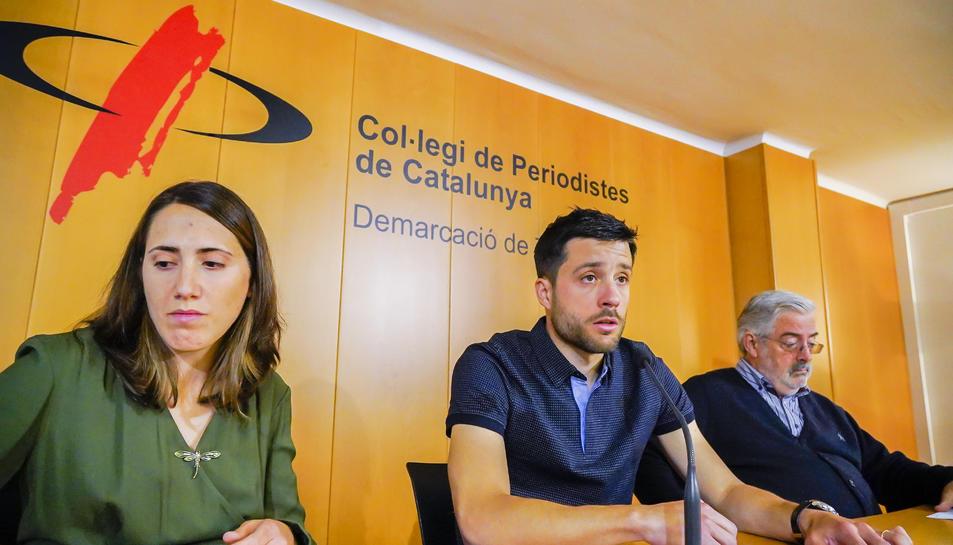 El candidat a l'alcaldia David Varona, flanquejat per Núria Casino, número dos, i Pere Clúa.