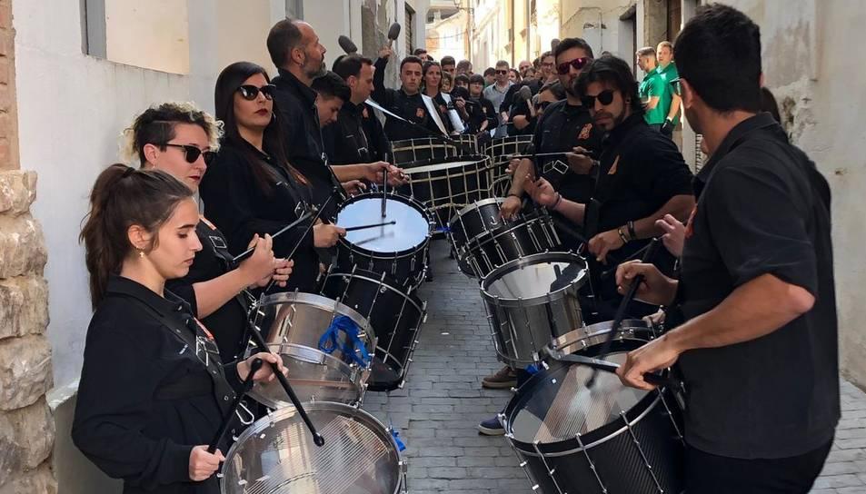La banda del Sant Enterrament tocant a un carreró d'Híjar.