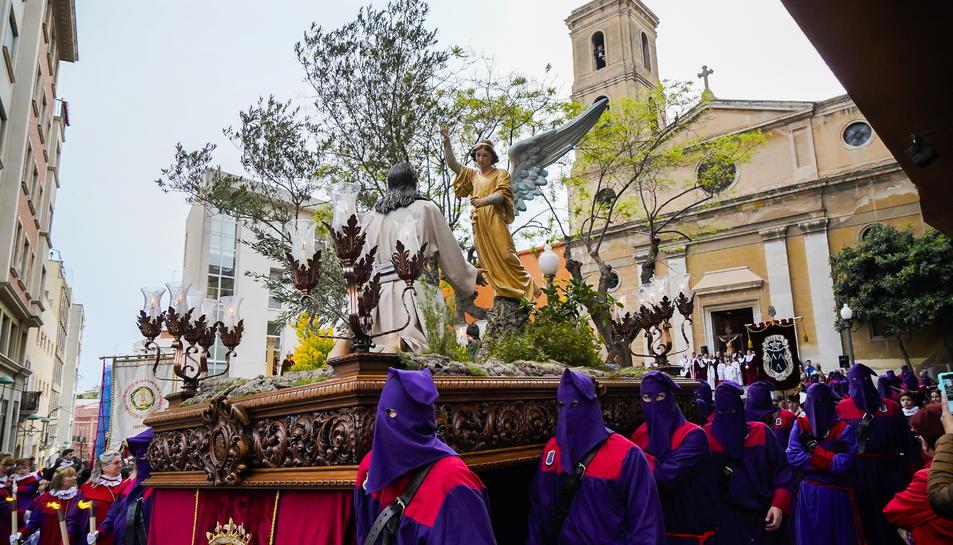 Centenars de persones es van congregar als carrers del centre de Tarragona per veure els cinc misteris i els confrares que van participar en la Processó del Dolor ahir a la tarda.