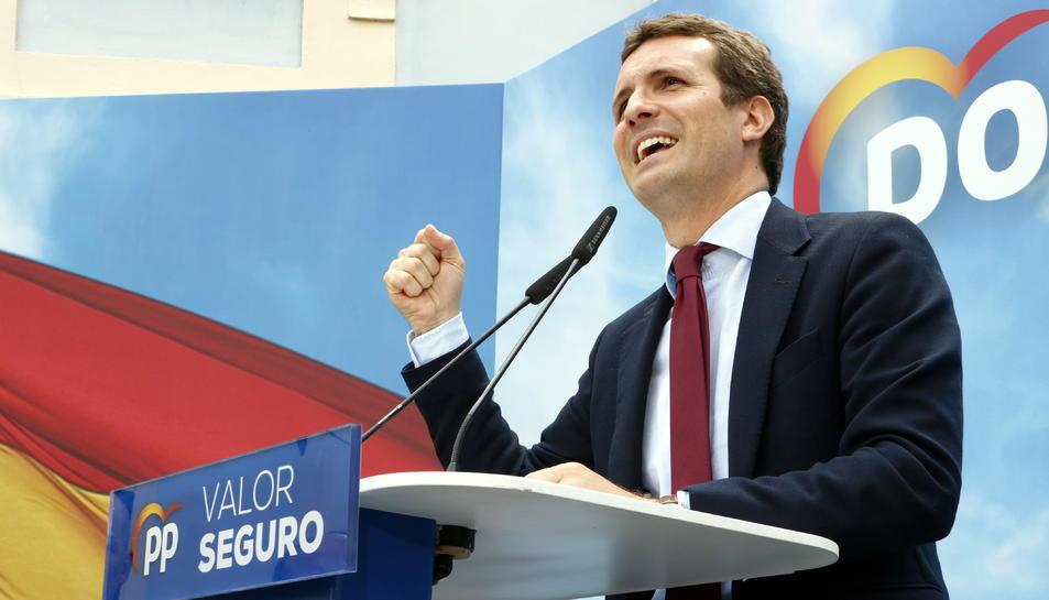 Pla mitjà lateral del president del PP, Pablo Casado, alçant el puny mentre intervé des d'un faristol en un míting de partit a Tarragona, el 17 d'abril del 2019