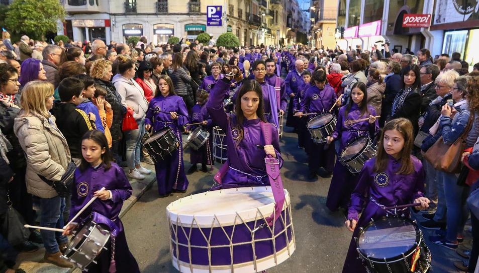 Els timbalers de Calanda tenen ja un lloc a la Setmana Santa reusenca i amb la seva percussió omplen de solemnitat la processó.