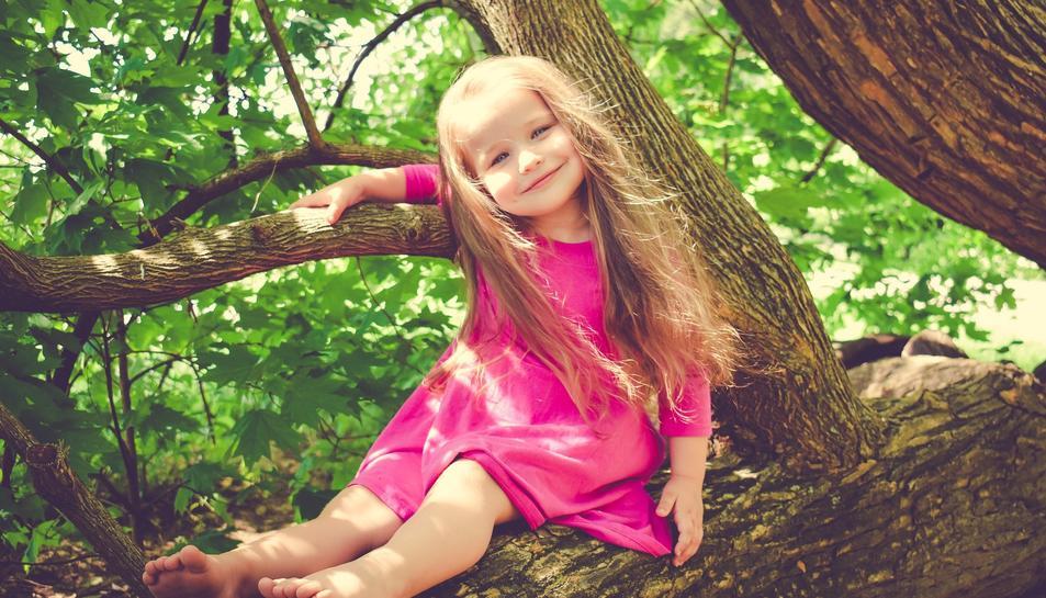 Una nena enmig de la natura