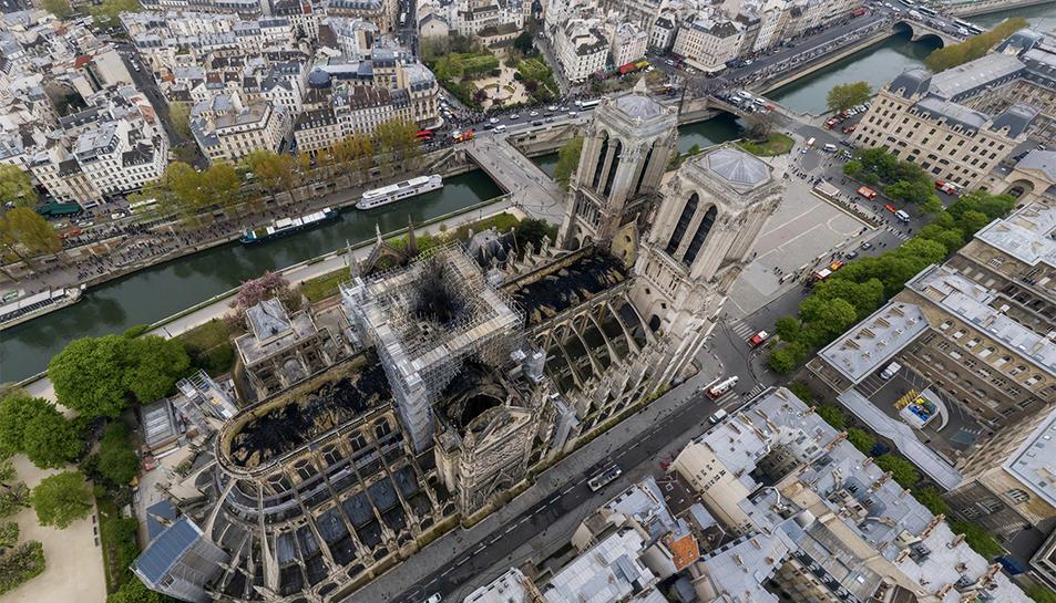 Vista aèria de la catedral de Notre-Dame després de l'incendi.