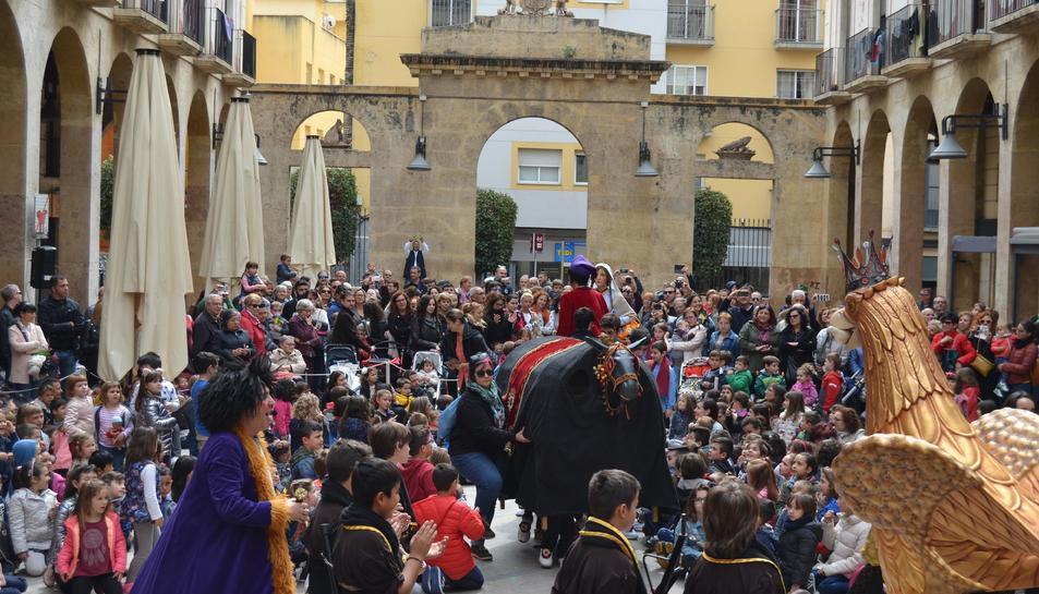 Imatge de la festa popular feta a les Peixateries Velles per serrar la darrera cama a la Vella Quaresma.