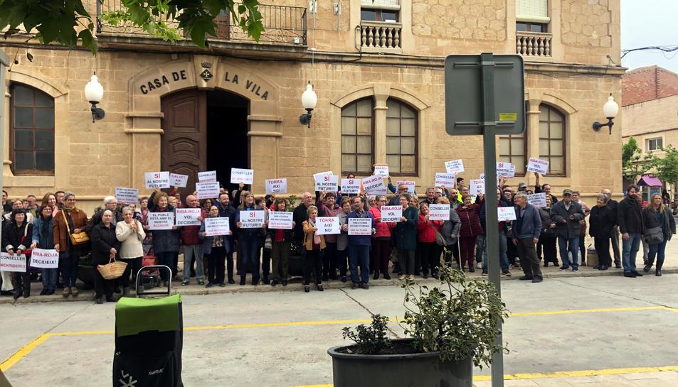 Pla general dels veïns concentrats a la plaça de l'Ajuntament de Riba-roja d'Ebre en defensa del projecte de dipòsit de residus que s'ha començat a construir. Imatge del 18 d'abril del 2019 (horitzontal)