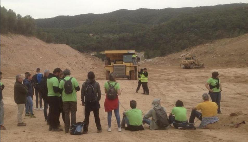 Imatge dels activistes que s'han encadenat a l'indret on es fan les obres de l'abocador.
