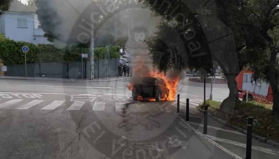 Imatge del cotxe en flames.