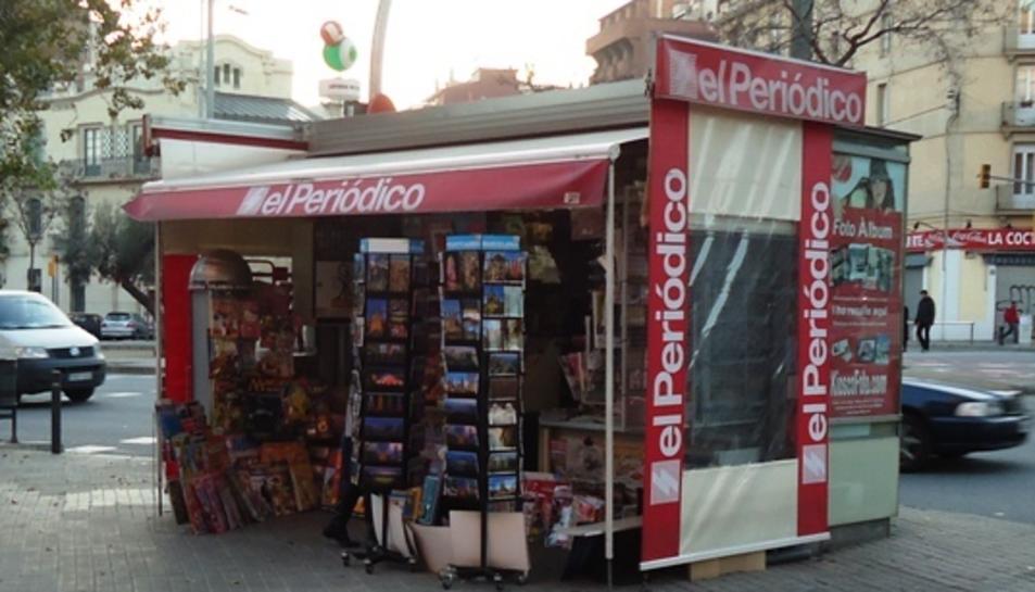 Imatge d'un quiosc amb la capçalera principal del Grupo Zeta, El Periódico.