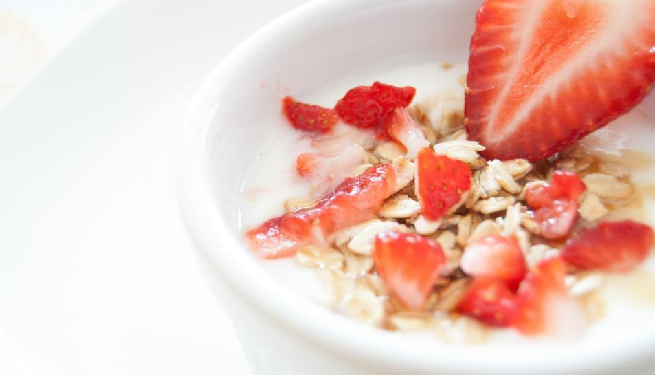 Imatge d'un iogurt amb maduixes.
