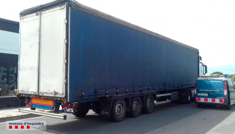 Imatge d'un camió conduït per un individu detingut pels Mossos d'Esquadra per superar en vuit vegades la taxa permesa d'alcoholèmia el 19 d'abril del 2019 a Cambrils. Pla general