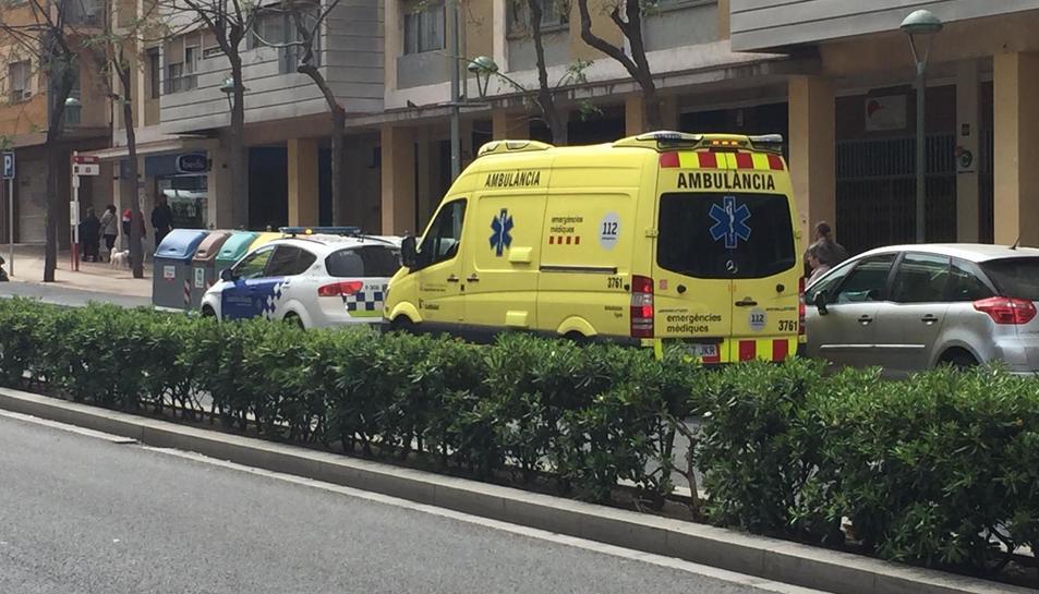 Els serveis d'emergència han atès la dona després de patir el robatori.