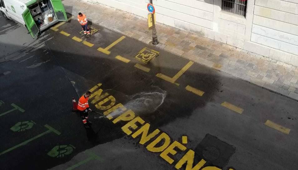 Pintada independentista davant el Palau Aqrquebisbal.