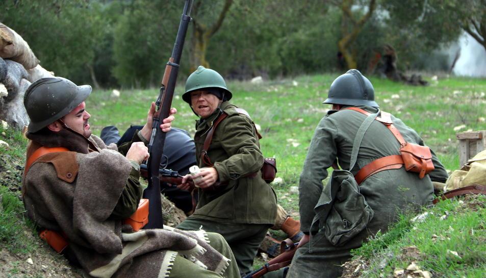 Tres soldats republicans en les trinxeres durant la recreació històrica de l'últim combat de la Batalla de l'Ebre.