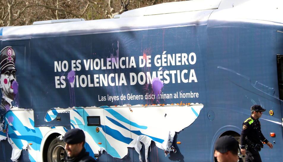 L'autobús d'Hazte Oír amb les taques de pintura i els vinils desenganxats provocats per joves a la Diagonal, en una imatge d'arxiu.