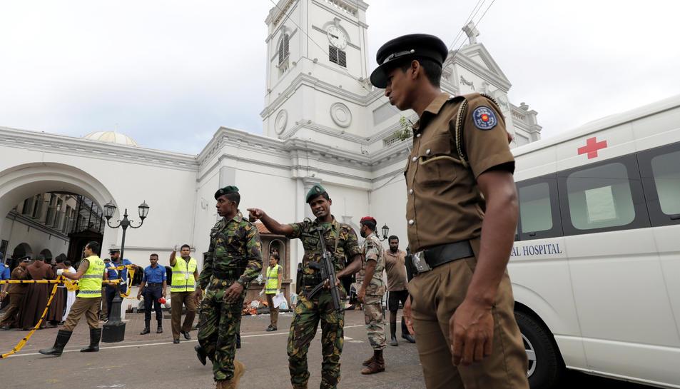 Militars davant d'una de les esglésies de Colombo on s'ha produït una explosió.