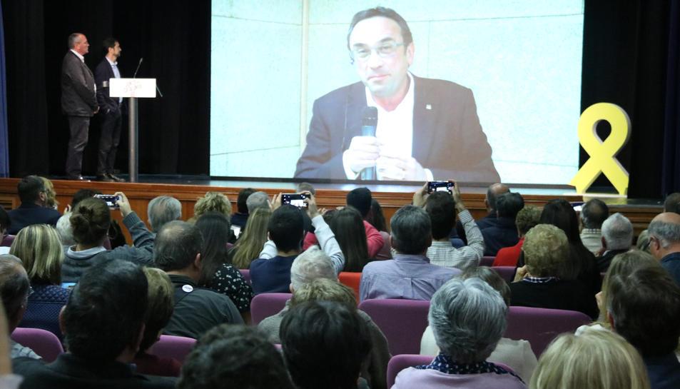 El cap de llista de JxCat per Tarragona, Josep Rull, en videoconferència des de Soto del Real a l'acte a Reus.