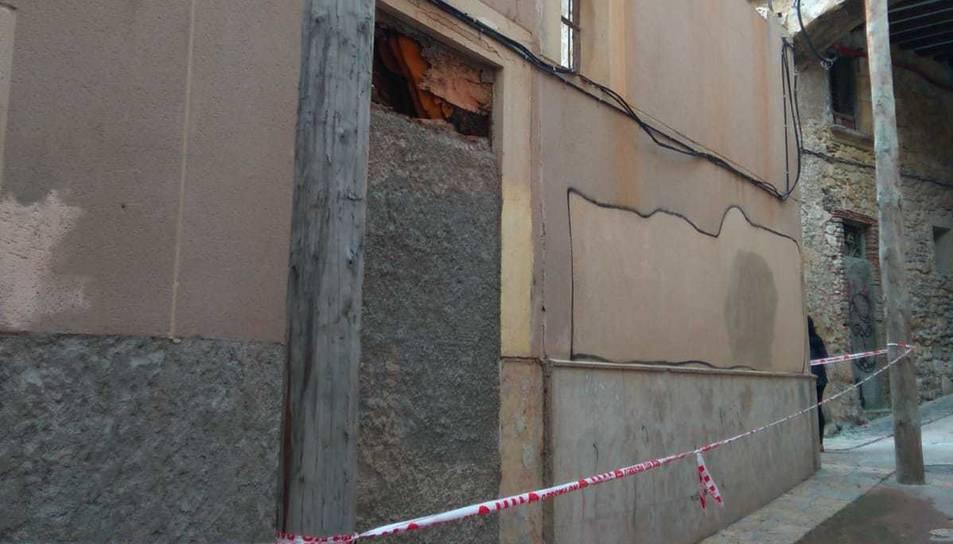 Imatge del carrer Arc d'en Toda amb la paret on hi ha el rusc acordonada.