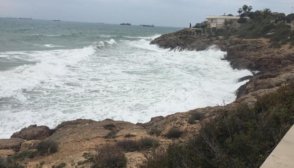 Imatge de la mala mar al mirador de la platja de l'Arrabassada.