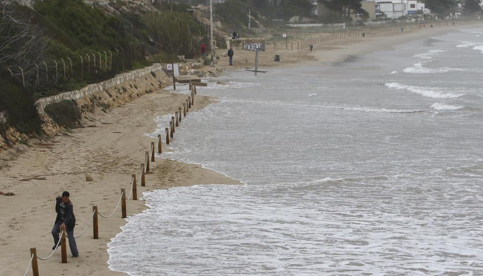 A la Llarga de Tarragona, l'aigua de mar va arribar fins al talús del traçat del ferrocarril.