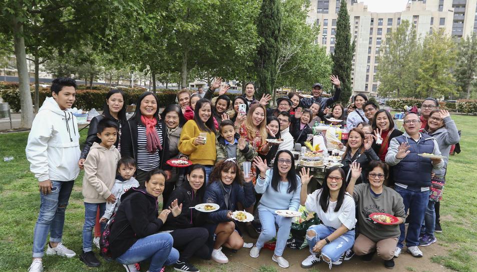 Un grup nombrós de persones que van escollir el Parc del Francolí per passar el dia de la Mona amb la família i els amics.