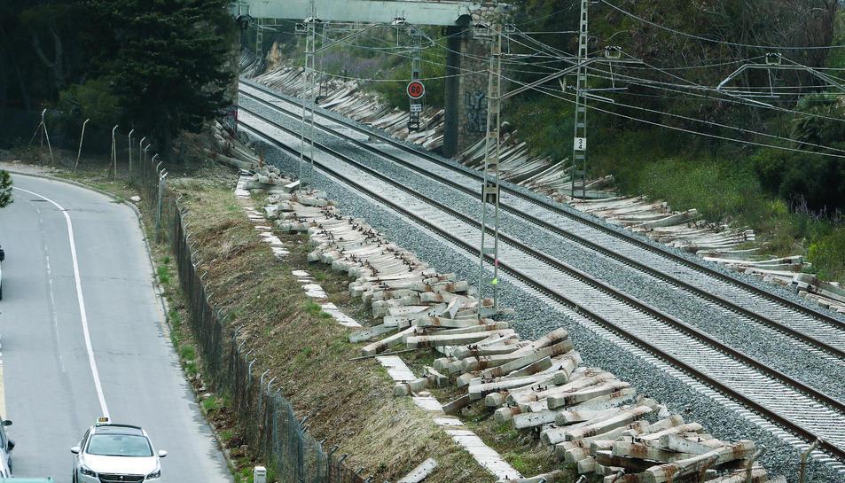 Milers de travesses als laterals de les vies del tren en el tram de la Platja Llarga.