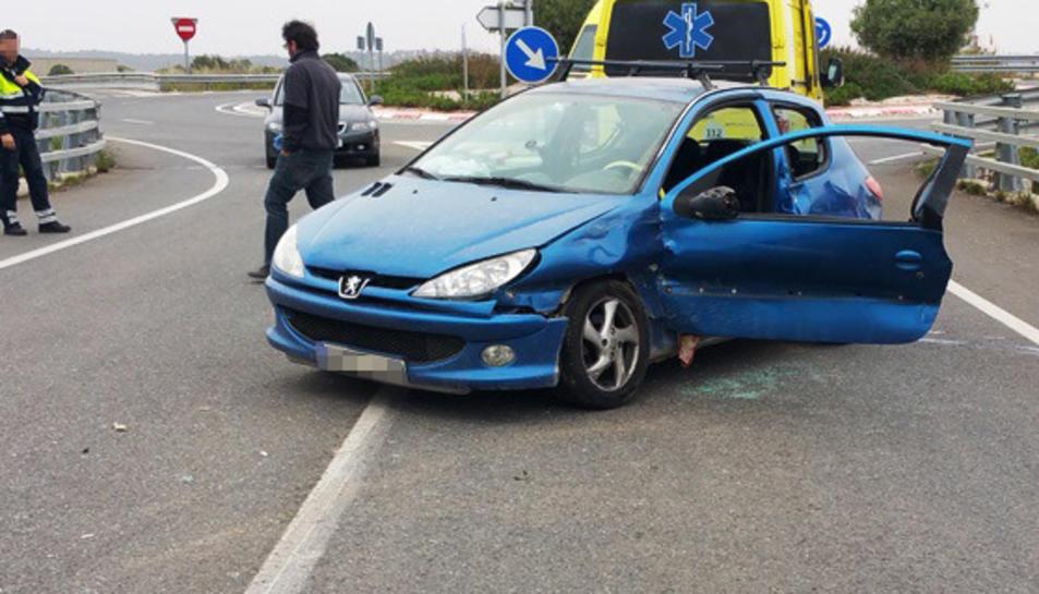 El cotxe va patir una sortida de via i va impactar contra una tanca metàl·lica.