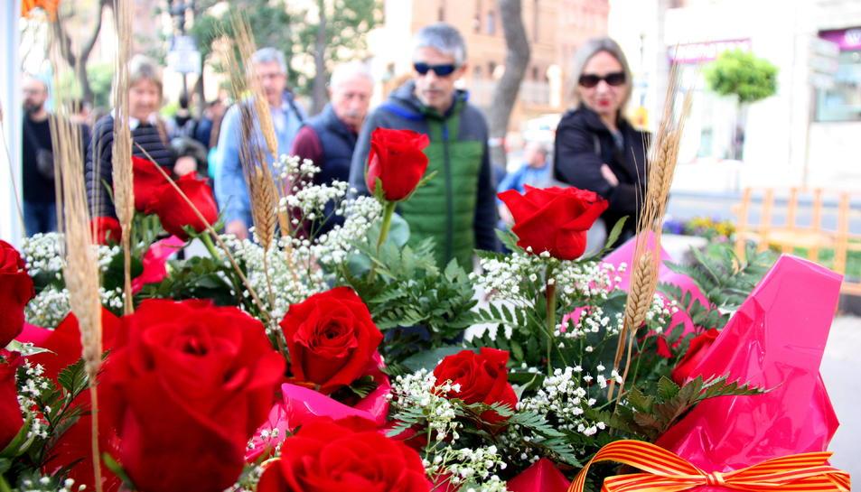 Pla mitjà d'unes roses vermelles, en una parada de la Rambla Nova de Tarragona, el dia de Sant Jordi.