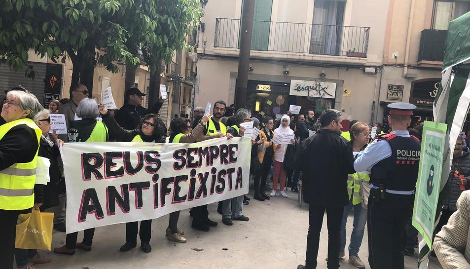 Imatge de la concentració davant la parada de Vox a Reus.