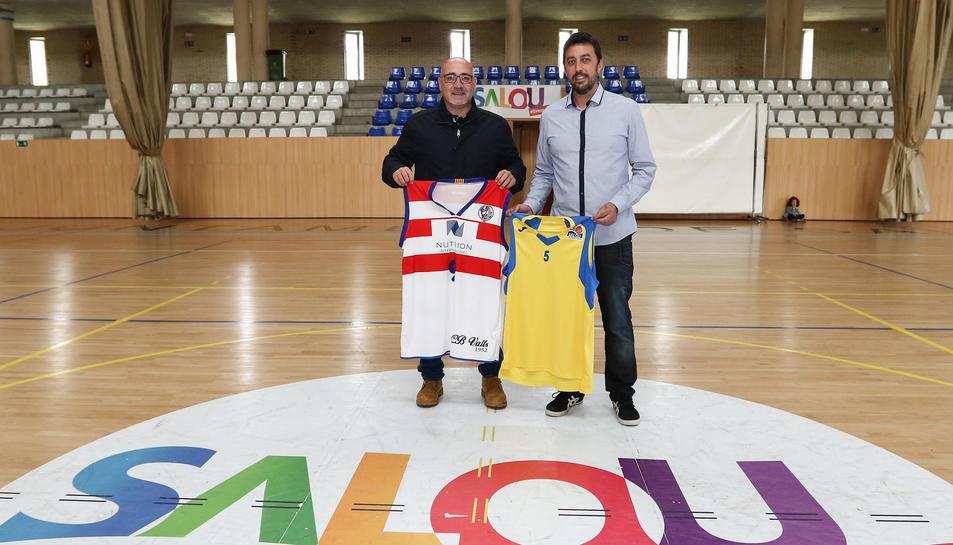 A l'esquerra de la imatge, Jordi Balaguer, entrenador del Club Bàsquet Valls, acompanyat del tècnic del CB Salou, Jesús Muñiz.