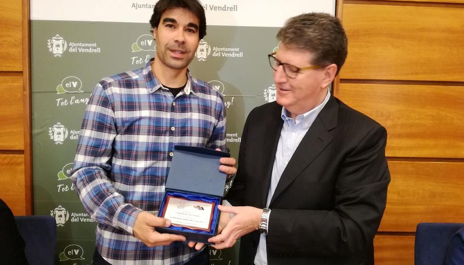 El president de la FCECS lliura una placa al regidor d'Esports.