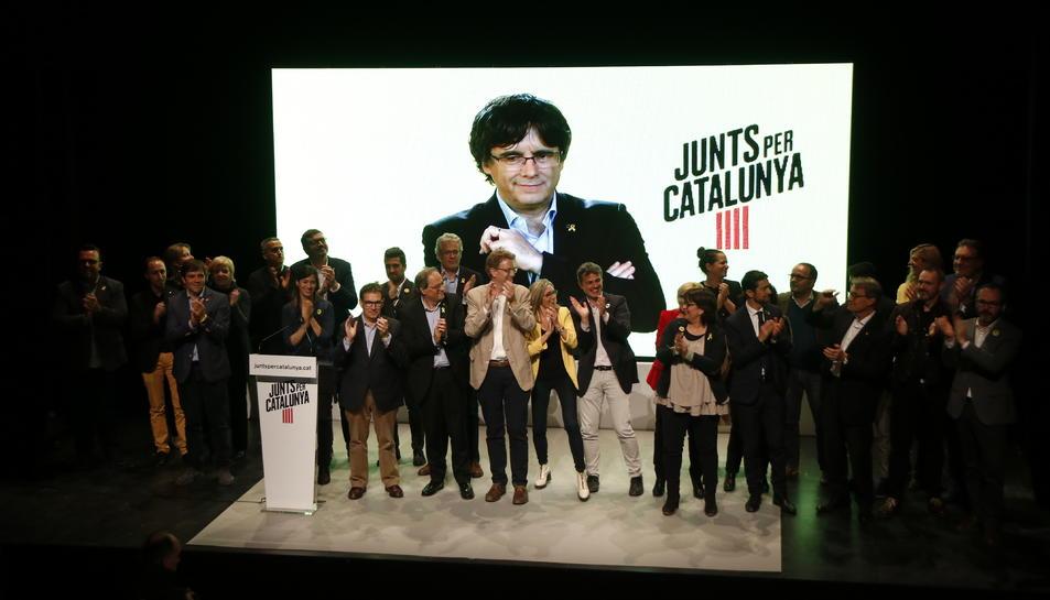 Pla general de l'escenari del Teatre Metropol de Tarragona, durant el míting final de JxCat, amb Carles Puigdemont a la pantalla i el president Torra i la resta de candidats. Imatge del 24 d'abril del 2019