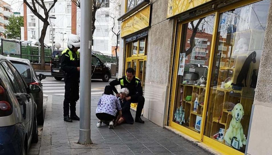 Imatge de la dona gran al terra després de patir el robatori.