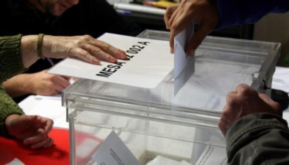 Un ciutadà diposita un vot en una urna