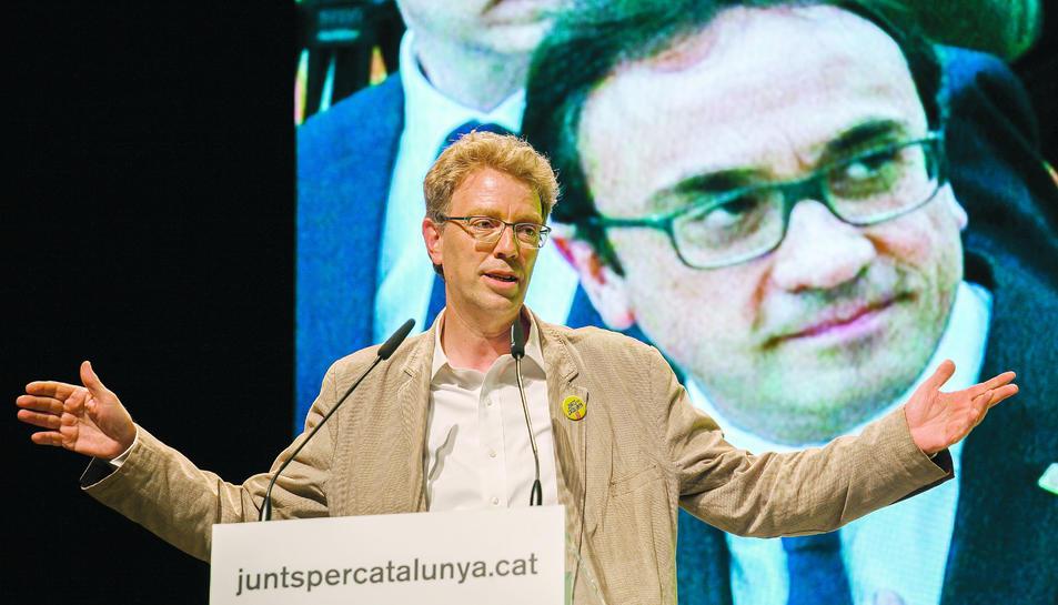 El número 2 de la llista pel Congrés, Ferran Bel, davant de la imatge del cap de llista, Josep Rull.