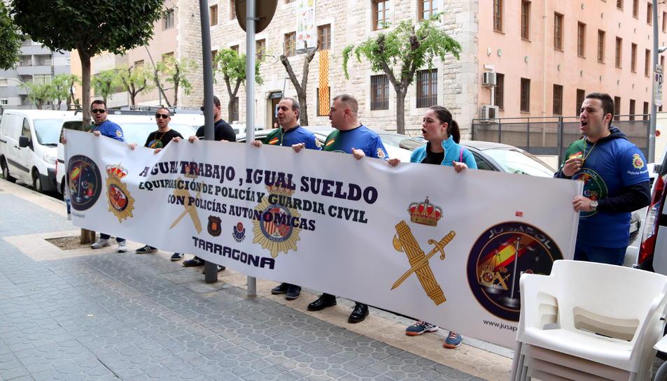 Pla general d'un grup de policies i membres de la Jusapol en la protesta davant la seu del PSC de Tarragona per reclamar l'equiparació salarial dels agents de la policia espanyola. Imatge del 25 d'abril del 2019 (Horitzontal).