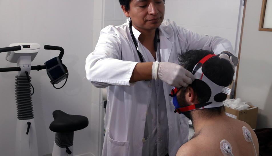 El doctor Cristian Romero realitza una prova d'esforç específica relacionada amb l'asma a la Vall d'Hebron el 25 d'abril del 2019.