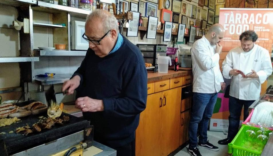 Eduard Boada s'ha tornat a posar darrera de les planxes durant la presentació de la ruta gastronòmica.