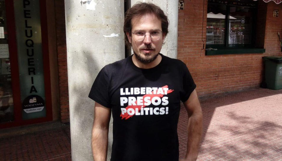 L'exregidor de la CUP de Sabadell Albert Boada amb la samarreta que ha estat motiu de l'expulsió.