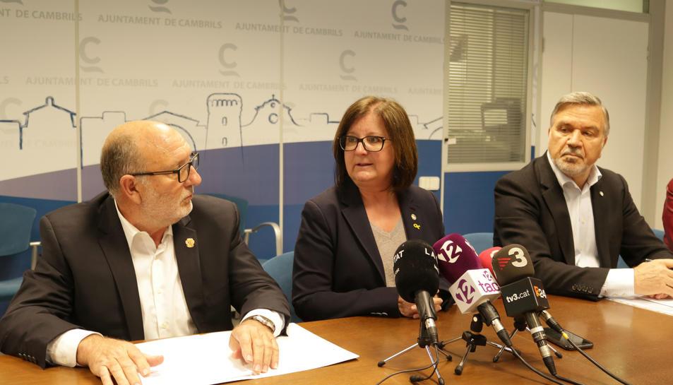 L'alcaldessa del municipi, Camí Mendoza; el regidor d'Urbanisme, Joan Maria Artigau, i el propietari de Natarent Cambrils SL, Anatoly Popelyushko.