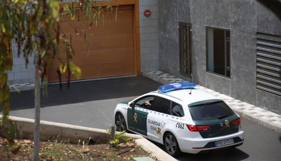 Un coche de la Guàrdia Civil entra als jutjats d'Arona, on ha declarat el detingut.