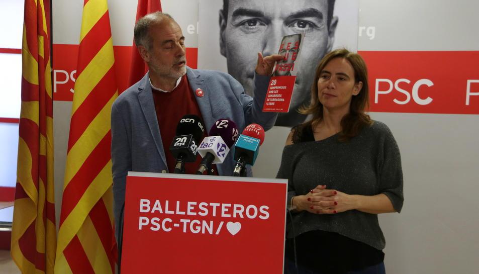 El cap de llista del PSC per Tarragona al Congrés, Joan Ruiz, acompanyat per la candidata del PSC de Reus al Congrés, Sandra Guaita, en la roda de premsa de valoració de la campanya electoral.