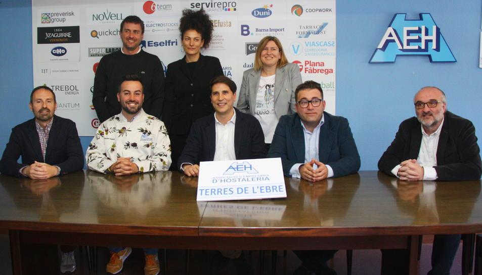 Els principals representants de l'Associació d'Hosteleria de les Terres de l'Ebre, amb el seu president Lluís Maldonado (assegut el segon per la dreta).