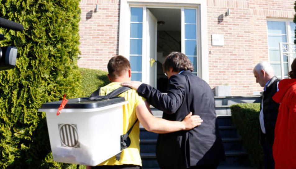 Carles Puigdemont rep a l'ebrenc Rai López i el convida a entrar a casa seva.