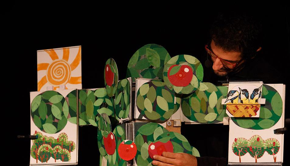 L'espectacle 'Una poma, un pomer', de la Cia. De Paper, està recomanat a partir d'un any.